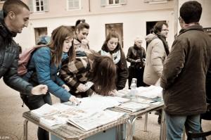 """gli studenti firmano la petizione """"Vogliamo poter acquistare il biglietto sul bus"""""""